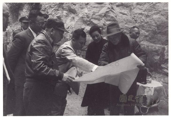 蔣介石聽取關於公路的修築簡報。
