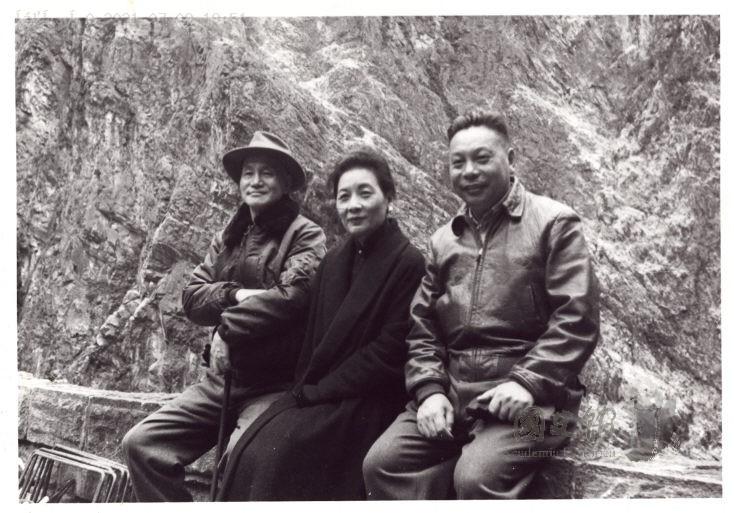蔣介石夫婦視察中橫時,與負責督建的退輔會主任蔣經國合照。